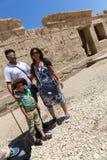 Rodzina przy świątynią - Egipt zdjęcia royalty free