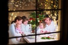 Rodzina przy Bożenarodzeniowym gościem restauracji Fotografia Royalty Free