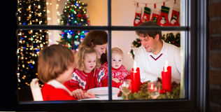 Rodzina przy Bożenarodzeniowym gościem restauracji w domu Zdjęcia Stock