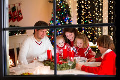 Rodzina przy Bożenarodzeniowym gościem restauracji w domu Fotografia Royalty Free