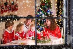 Rodzina przy Bożenarodzeniowym gościem restauracji w domu Zdjęcie Royalty Free