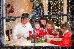 Rodzina przy Bożenarodzeniowym gościem restauracji w domu Obrazy Royalty Free