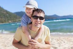Rodzina przy jezioro wakacje Fotografia Royalty Free