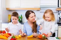 Rodzina przy kuchnią Obrazy Royalty Free