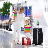 Rodzina przy lotniskiem przed lotem Obrazy Royalty Free