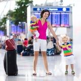Rodzina przy lotniskiem przed lotem Zdjęcie Stock