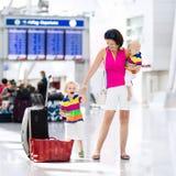 Rodzina przy lotniskiem przed lotem Fotografia Stock
