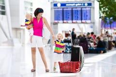Rodzina przy lotniskiem przed lotem Zdjęcie Royalty Free