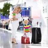Rodzina przy lotniskiem przed lotem Obraz Stock