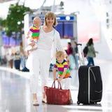 Rodzina przy lotniskiem przed lotem Fotografia Royalty Free