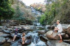 Rodzina przy Mae Ya Waterwall, Inthanon park narodowy, Chiangma Obraz Royalty Free