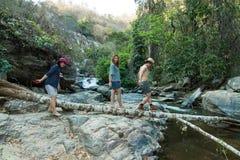 Rodzina przy Mae Ya Waterwall, Inthanon park narodowy, Chiangma Fotografia Stock