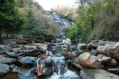 Rodzina przy Mae Ya Waterwall, Inthanon park narodowy, Chiangma Obrazy Royalty Free