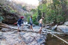 Rodzina przy Mae Ya Waterwall, Inthanon park narodowy, Chiangma Obraz Stock