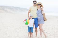 Rodzina przy plażą Fotografia Royalty Free