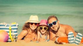 Rodzina przy plażą Obrazy Royalty Free