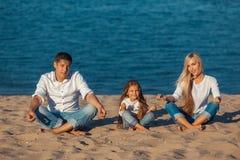 Rodzina przy plażą Lotosowa postura Fotografia Stock