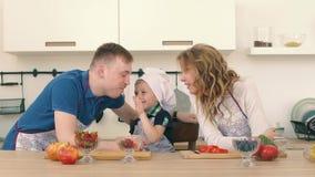 Rodzina przygotowywa sałatki w kuchni Syn karmi ojciec i matka truskawki zdjęcie wideo