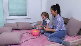 Rodzina relaksująca z frytkami i pecet grze zdjęcie wideo