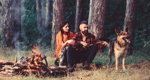 Rodzina relaksuje pojęcie Para w miłości lub młodej szczęśliwej rodzinie zdjęcie stock