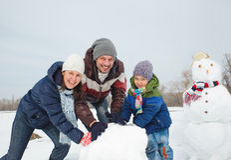Rodzina robi bałwanu Fotografia Stock