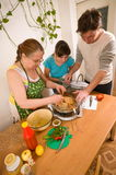 rodzina robi kolaci Fotografia Royalty Free