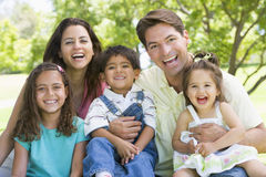 rodzina siedzi na zewnątrz fotografia stock