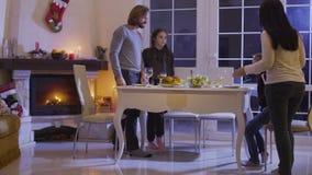 Rodzina siedzi przy świątecznym boże narodzenie stołem zdjęcie wideo