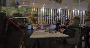 Rodzina siedzi w kawiarni i czeka rozkaz w zim overclothes, Finlandia zdjęcie wideo