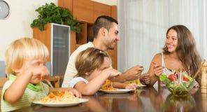 Rodzina składająca się z czterech osób je spaghetti Zdjęcia Stock