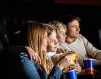 Rodzina Składająca Się Z Czterech Osób Ogląda film W teatrze obrazy royalty free
