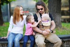 Rodzina składająca się z czterech osób przy pięknym dniem fotografia stock