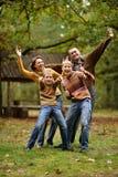 Rodzina składająca się z czterech osób w jesieni Fotografia Royalty Free