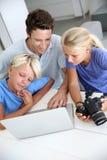 Rodzina sprawdza na wizerunków strzałach Fotografia Royalty Free