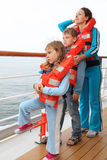 Rodzina target1142_0_ w kamizelka ratunkowa stojaku przy pokładem zdjęcia royalty free
