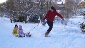 Rodzina tata i dzieciaki być na wakacjach na wigilii outdoors zdjęcie wideo