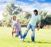 Rodzina trzy bawić się z piłką Zdjęcia Stock