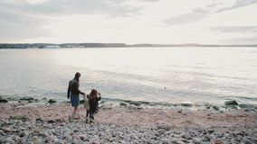 Rodzina trzy ludzie chodzi na plaży Matka, córka i syn iść nawadniać, trzymający rękę zbiory wideo