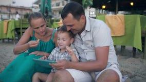 Rodzina trzy na kurorcie z pastylka pecetem zbiory