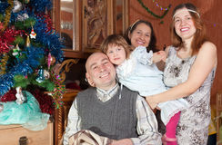 Rodzina trzy pokolenia z choinką Zdjęcie Stock