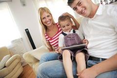 Rodzina używa pastylka komputer w domu Fotografia Stock