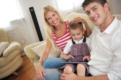 Rodzina używa pastylka komputer w domu Fotografia Royalty Free