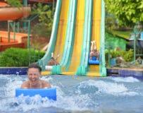 Rodzina w aqua parku Zdjęcia Royalty Free