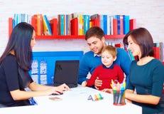 Rodzina w biurze przy profesjonalistą Fotografia Royalty Free