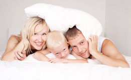 Rodzina w domu zdjęcie royalty free