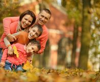 Rodzina w jesień parku Fotografia Royalty Free