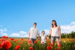 Rodzina w maczka czerwonym polu fotografia royalty free