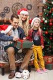 Rodzina w nakrętkach Santa obraz stock