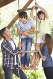 Rodzina W ogródzie domek na drzewie Zdjęcia Stock