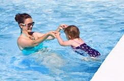 Rodzina w pływackiego basenu bawić się Fotografia Royalty Free